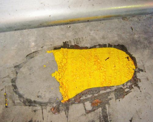 Oude verf in magazijn verwijderen na